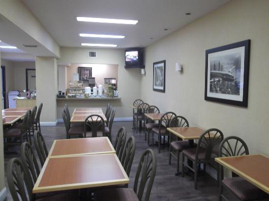 Red Roof Inn Emporia: Salle à manger spacieuse où le wifi y fonctionnait très bien.
