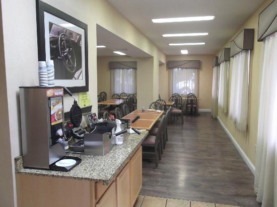 Red Roof Inn Emporia: Petit déjeuner buffet de première qualité le 22 juillet 2012.