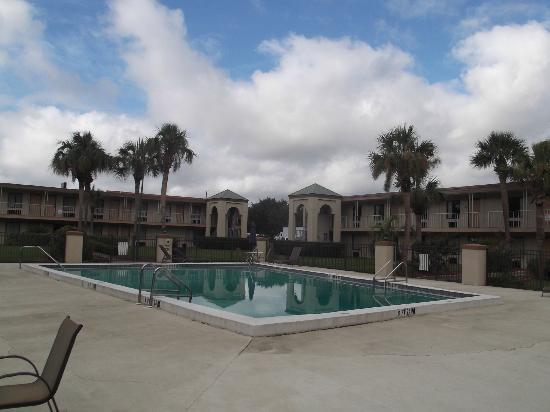 Red Roof Inn Emporia: Zone piscine.
