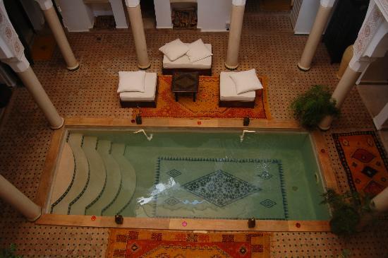 Riad Andalouse: Vista dall'alto della piscina nel patio