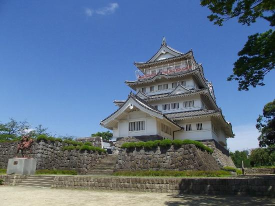 Chiba, Japon: 千葉常胤氏銅像と千葉城(郷土博物館)