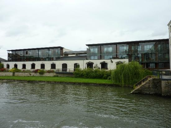 Pierre & Vacances Residence Le Moulin des Cordeliers: Bâtiment avec vue rivière