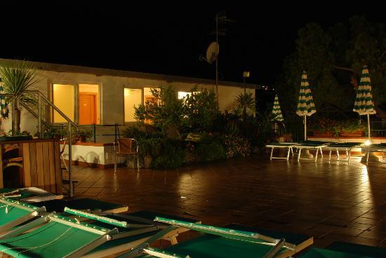 Hotel Villa Sirena: Le solarium à la nuit tombée !