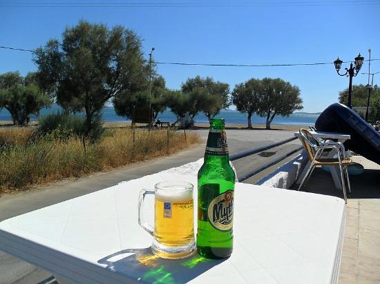 Skala Kallonis, Grèce : What time is it - oh yes beer o'clock.
