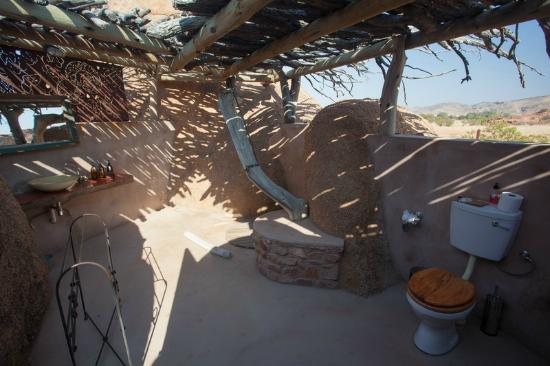 Salle de bain plein air douche derri re le tronc picture of camp kipwe damaraland tripadvisor for Douche plein air