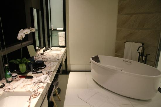 Keraton at The Plaza, a Luxury Collection Hotel: Bathroom wih huge bath