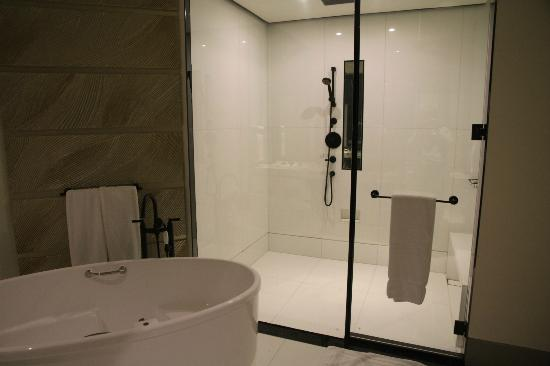 Keraton at The Plaza, a Luxury Collection Hotel: Huge shower stall