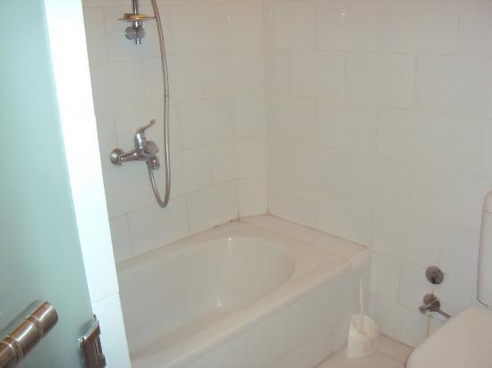 แกรนด์ รอยัล: minuscule tub...but, hey, a tub :)