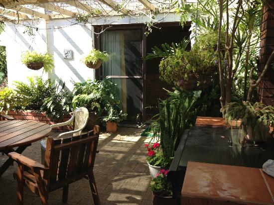 Aran Brae Bed & Breakfast : courtyard with barbeque