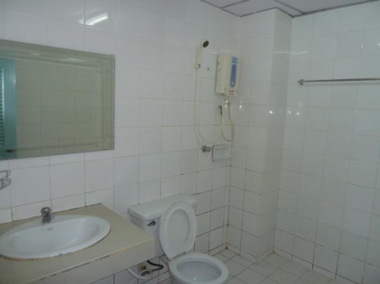 Sri Chumphon Hotel: Basic Bathroom
