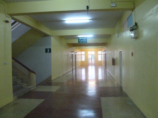 Sri Chumphon Hotel: Massive hallway