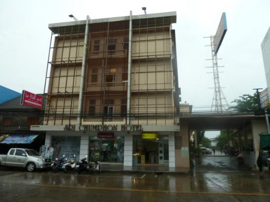 Sri Chumphon Hotel: Outside Hotel