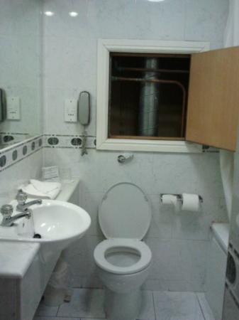 Cassidys Hotel: il nostro personale bagno con la finestra sconosciuta