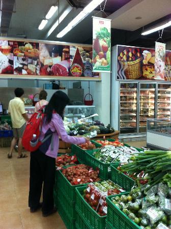 Lucky Mall: 超市滿乾淨的。