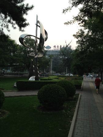 Diaoyutai Hotel: Vista dal parco vicino all'Hotel