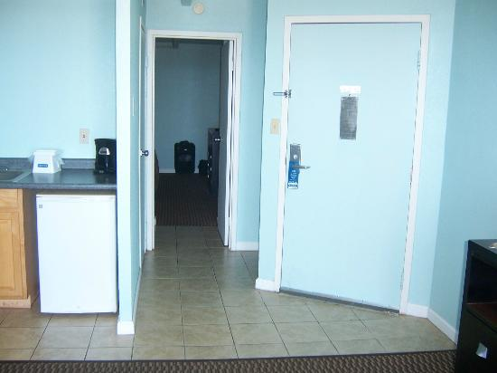 Travelodge Suites Virginia Beach Oceanfront: Main Door/Hallway