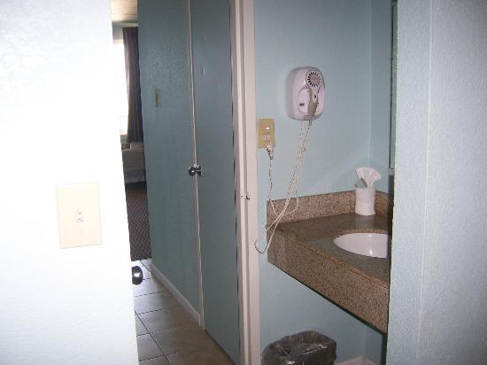 Travelodge Suites Virginia Beach Oceanfront: Hallway/Sink Area