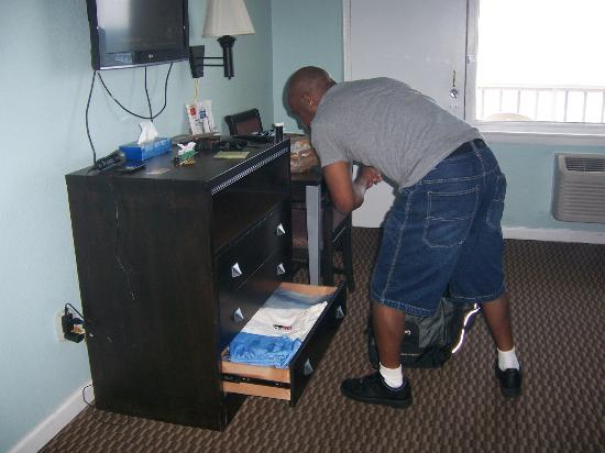 Travelodge Virginia Beach: Fiancee Making Himself at Home
