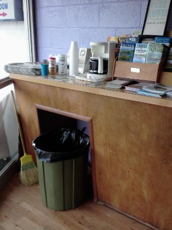 Budget Inn Motel: Coffee in lobby with trashcan and broom