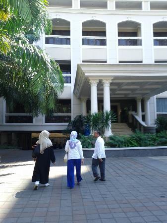 Le Beringin Hotel: walking to the lobby