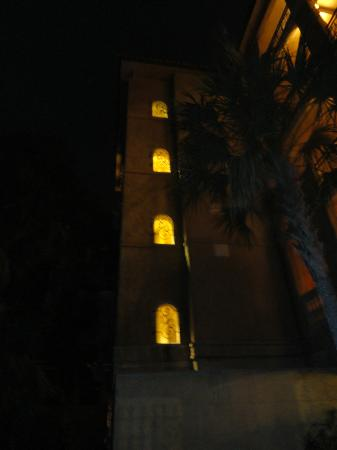 Ocean Lodge: Hotel at night has a spanish ambiance