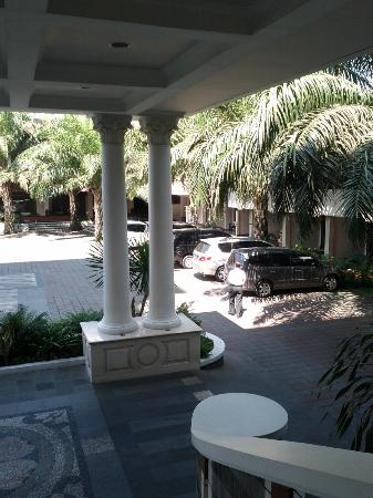 Le Beringin Hotel: parking lot view from lobby