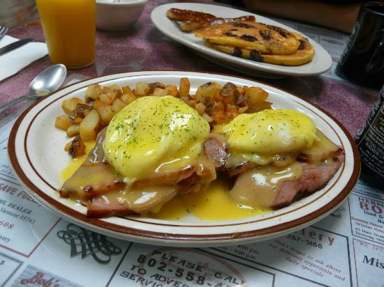 Perry's Main Street Eatery: Eggs benedict is no problem for Perry's!