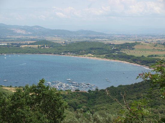 Populonia, İtalya: looking down onto Baratti bay and beaches