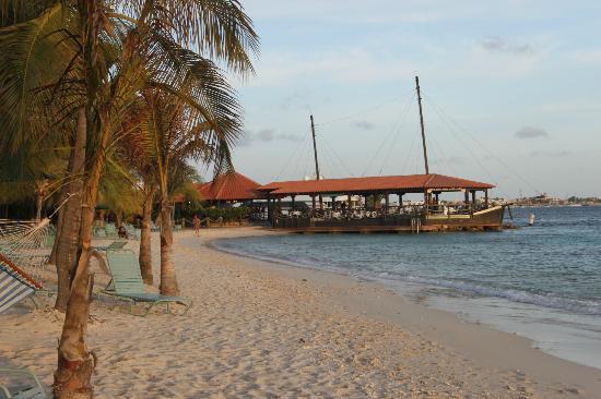 Harbour Village Beach Club: La spiaggia ed il ristorante