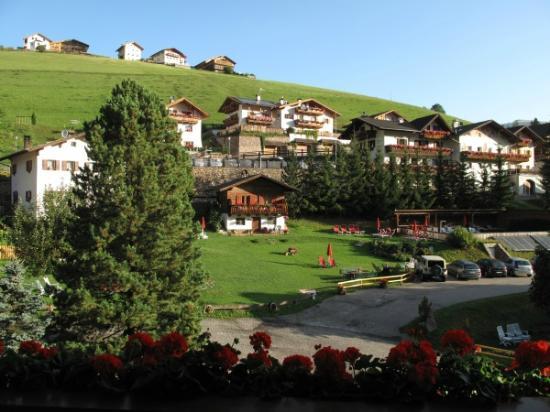 Hotel Platz : Blick vom Balkon auf Liegewiese, Parkplatz und Außenpool