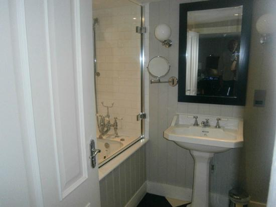Royal Albion Hotel : Partial view of bathroom