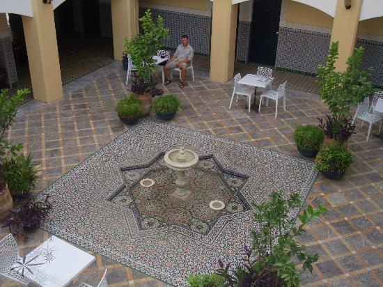 Hotel Batha : Communal seated area with central fountain