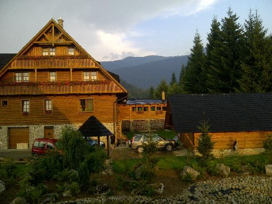 Penzion Pribisko: view of the main building and lovely mountain background