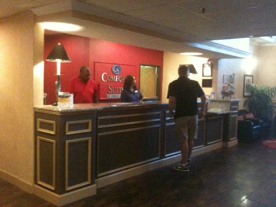 Comfort Suites Las Colinas Center : Desk and Lobby area