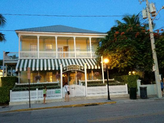 Avalon Bed and Breakfast: fachada do hotel ao cair da noite