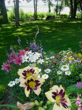 Water's Edge Bed & Breakfast: Gardens of Water's Edge B&B