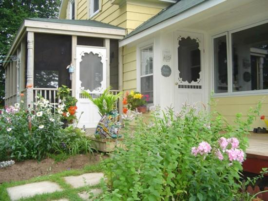Water's Edge Bed & Breakfast: Welcome to Water's Edge B&B