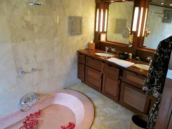 Belmond Jimbaran Puri: Luxury Cottage Bathroom