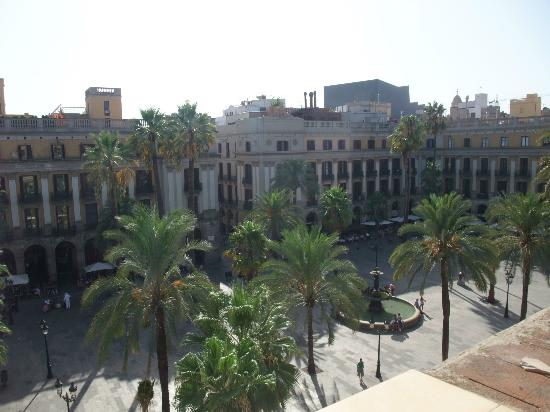 Roma Reial Hotel: View of Placa Reial from our hotel window