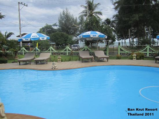 Ban Krut Resort: Pool with the beach over the road