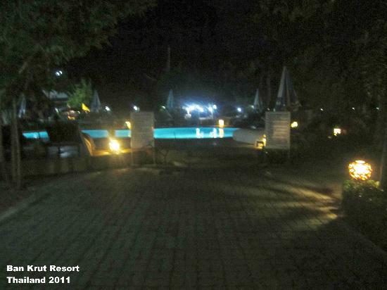 Ban Krut Resort : Pool at night