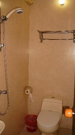 West Lily Hotel: Toilette et douche simples et propres