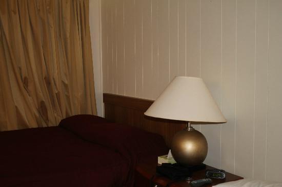 Motel Montreal: Voici le lit double, mais nous avions aussi un lit simple.