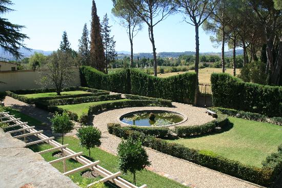 Residenza Strozzi: Formal garden on the estate