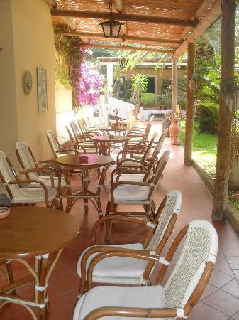 Hotel Villa Angela: portico del giardino