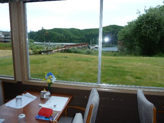 Lakeshore Lodge: Blick vom Restaurant zum See