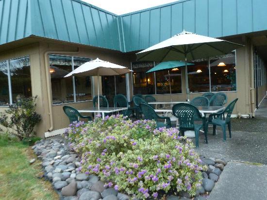 Lakeshore Lodge: Restaurant, Außenbereich