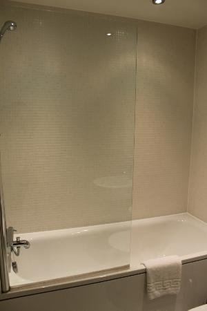 Canary Wharf Apartments: Bathroom