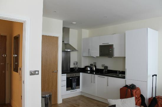 Canary Wharf Apartments: Kitchenette (full with all of the plates, utencils, and drinkware)