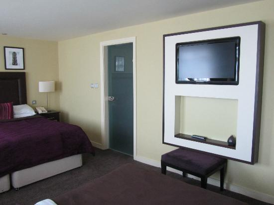 Hallmark Hotel Manchester: Flat screen TV and door through to bathroom